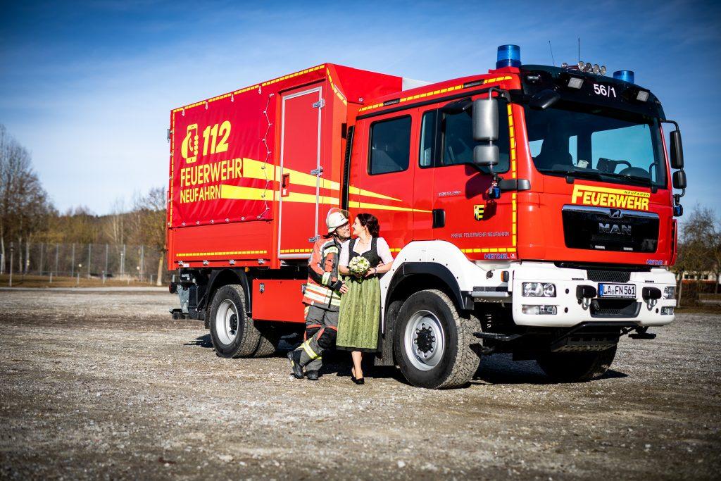 Brautpaar einer standesamtlichen Trauung mit Feuerwehrwagen