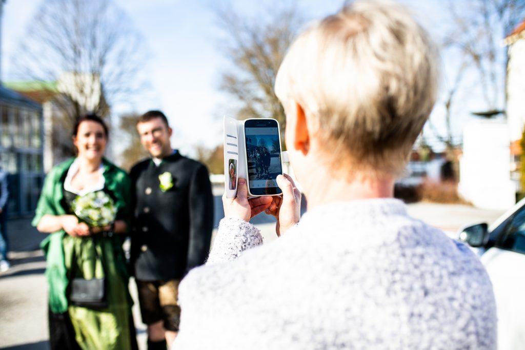 Brautpaar in Tracht, standesamtliche Trauung, Foto einer Hochzeit in Bayern