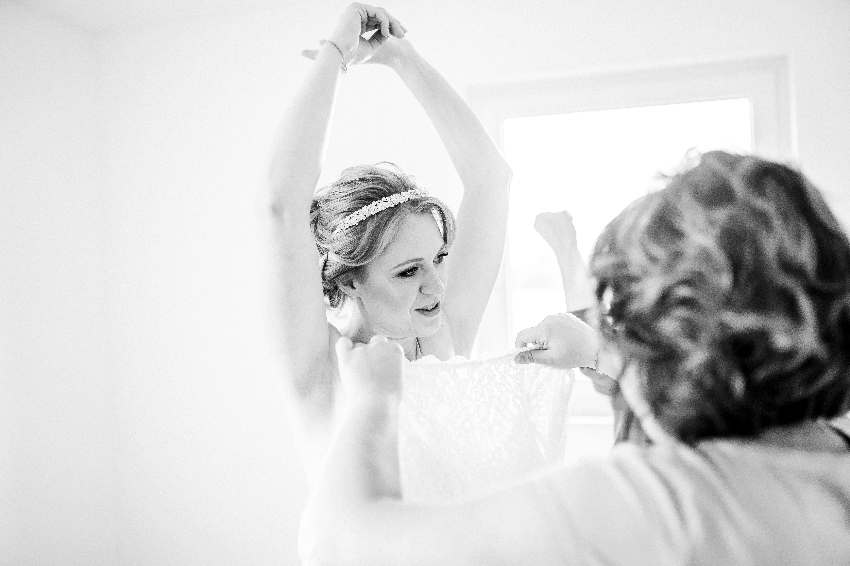 Eine intime Aufnahme beim Anziehen des Brautkleies, entstanden in Bernried