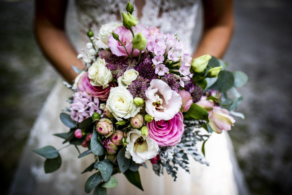 Ein wunderschöner wilder Brautstrauß für eine Hochzeit in Bernried | KK-Fotografie