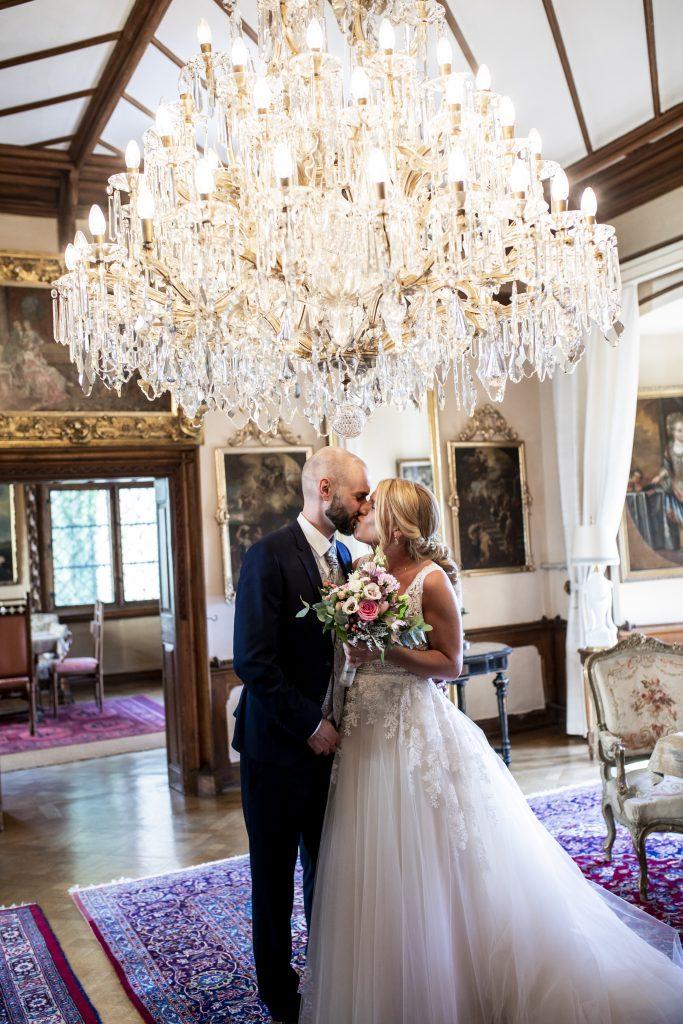 Ein wunderschöner Moment zwischen Braut und Bräutigam im Standesamt Schloss Egg bei Bernried | KK-Fotografie