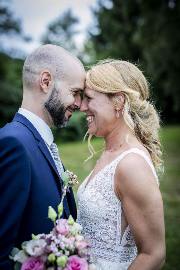 Ein ungestelltes Hochzeitsfoto zwischen Braut und Bräutigam in Bernried | KK-Fotografie