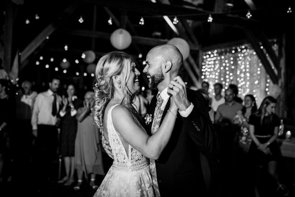 Der erste Tanz bei der Hochzeit des Brautpaars in Bernried |KK-Fotografie