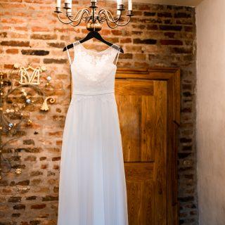 Ein Hochzeitdetail Foto entstanden beim Getting Ready, das Brautkleid