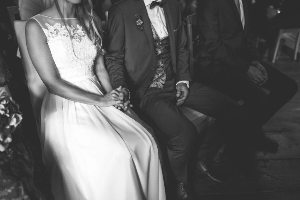 Ein ungestellter Moment zwischen Braut und Bräutigam bei der Hochzeit im Standesamt Dingolfing | KK-Fotografie