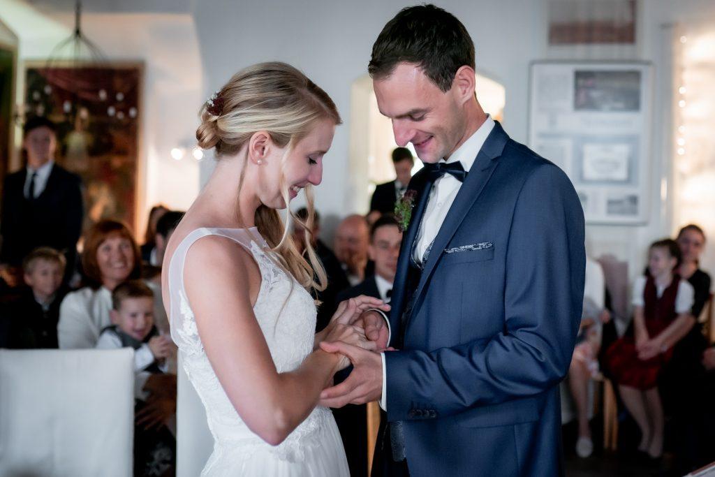 Der Ringtausch zwischen Braut und Bräutigam bei der Hochzeit im Standesamt Dingolfing | KK-Fotografie