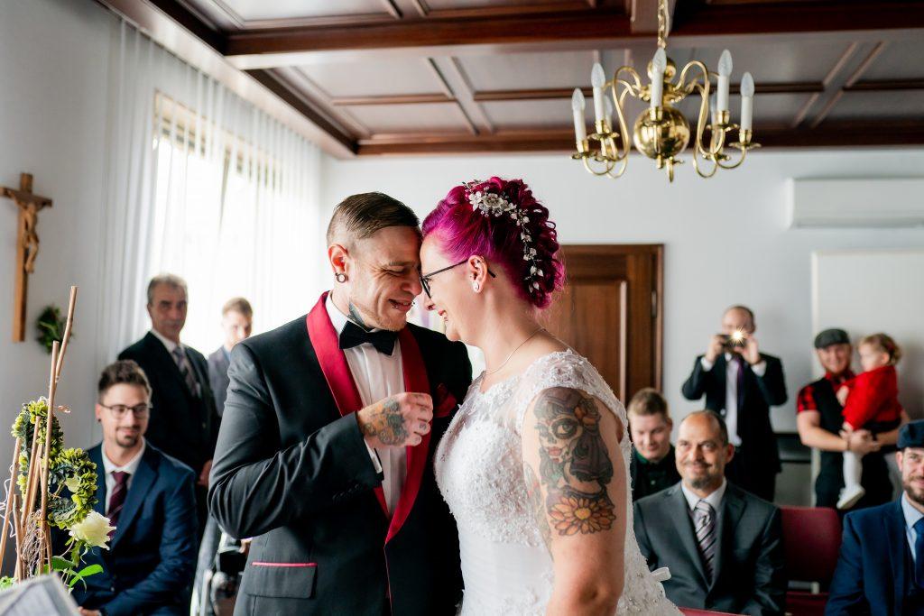 Ein liebevoller Moment zwischen einem Brautpaar kurz vor der Hochzeit im Standesamt Ergoldsbach
