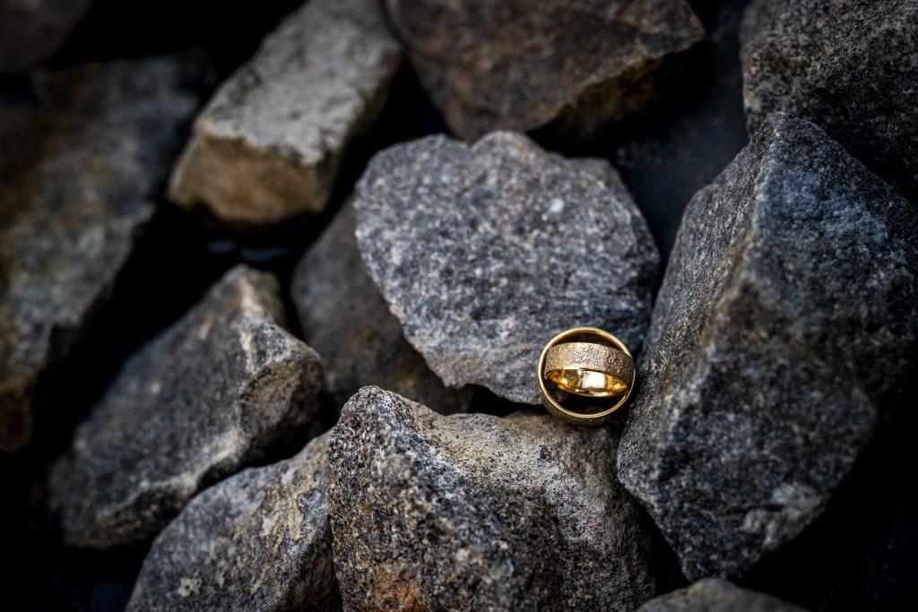 Ein Hochzeitdetail Bild, die Eheringe | Hochzeitfotografin KK-Fotografie