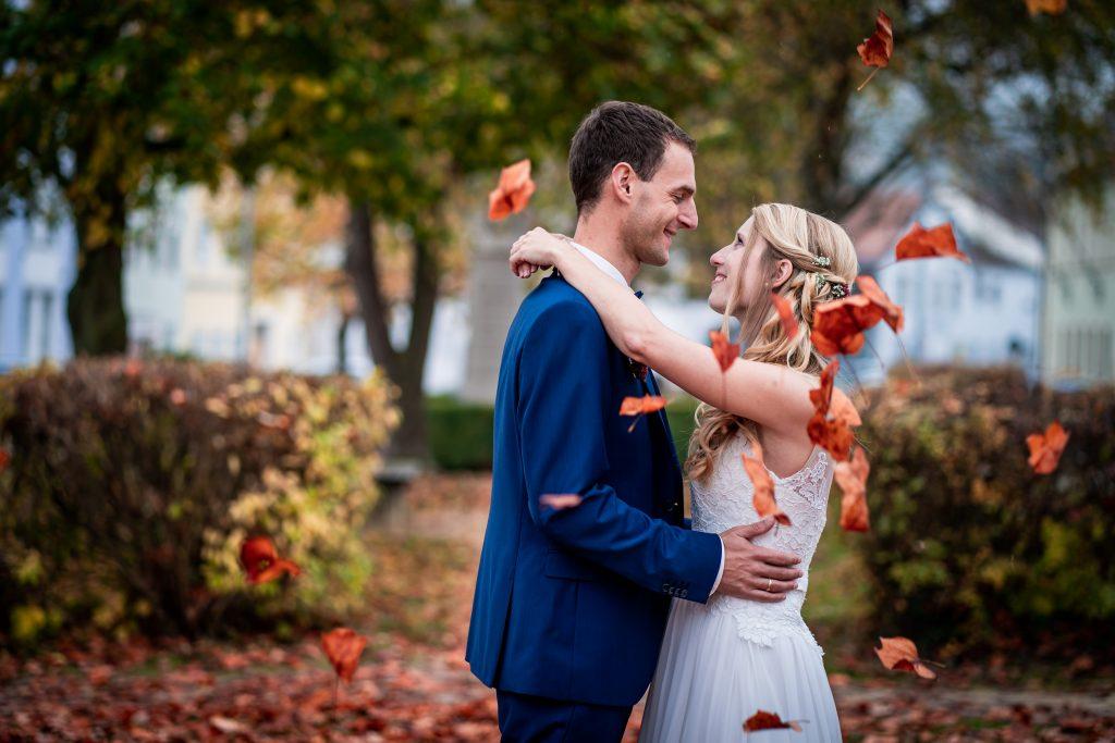 Ein Hochzeitsbild von Braut und Bräutigam beim Standesamt Dingolfing | KK-Fotografie