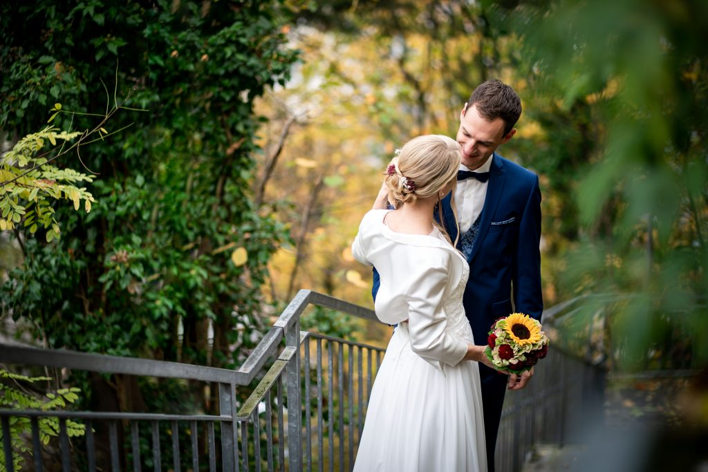 Ein ungestelltes Hochzeitsbild von Braut und Bräutigam beim Standesamt Dingolfing | KK-Fotografie