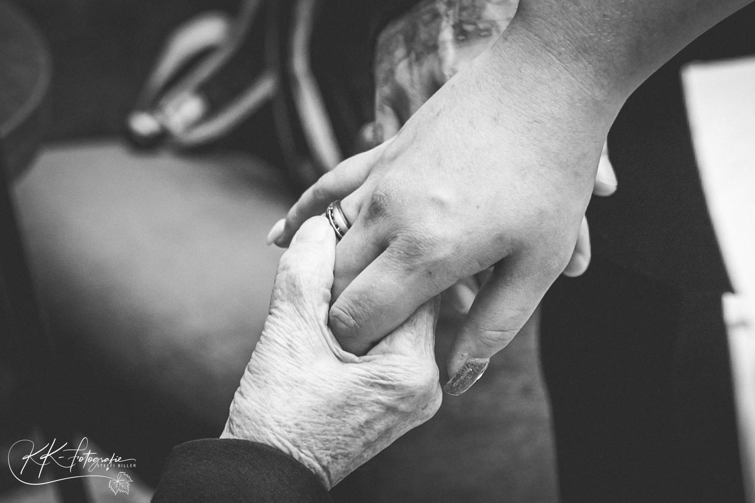Ein besonderer Moment zwischen Oma und Braut, das Herzeigen der Eheringe | KK-Fotografie